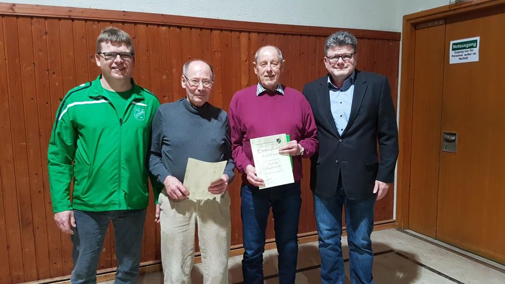 2.Vorsitzender Dieter Reichert (rechts) und sein Stellvertreter Karsten Irmer (links) ehrten Kurt Wöppel (zweiter von rechts) und Fritz Lang (zweiter von links) für 70 Jahre Mitgliedschaft im Verein.