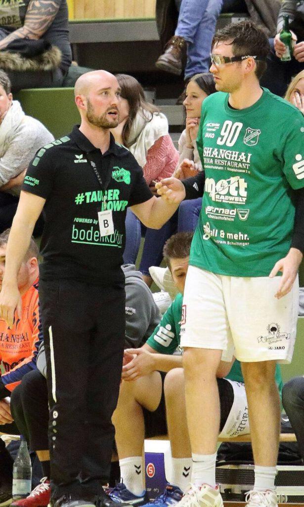 Klare Ansage: Trainer Martin Keupp (hier instruiert er Max Engert) strebt mit der HSG Dittigheim/Tauberbischofsheim in der Verbandsliga weiter nach oben. Bild:Jutta Muck